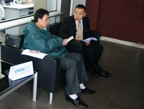 网上车市柳州站记者李子正在对盈通别克4s店销售顾问陈鸿飞进行采访