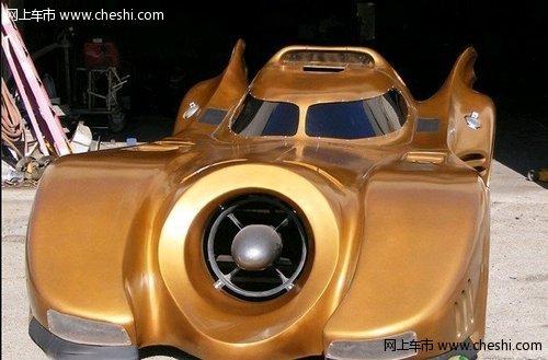 金色蝙蝠车 在城市中驾驶可畅通无阻