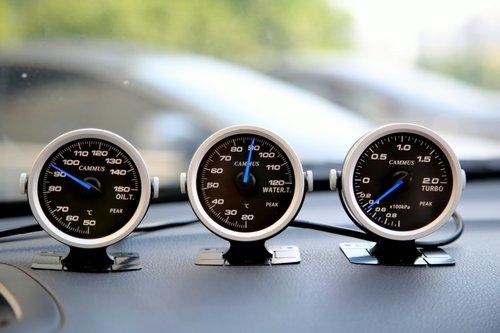 至右,依次为:机油温度表、水温表、涡轮压力表.-蓝色魅影, 卡