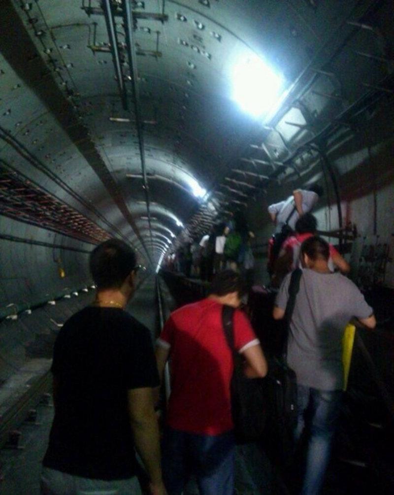 杭州地铁隧道中 趴窝 乘客下车徒步