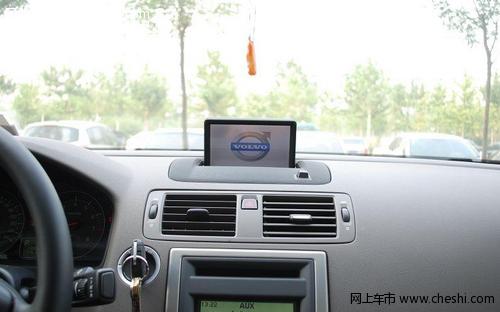 车载导航系统的图像显示,可以装在汽车的驾驶仪表盘上,也可以投射到