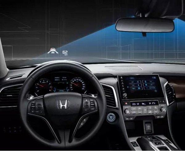 冠道在广汽本田所有车型中率先采用了HUD抬头显示系统,可在车辆行进过程中,将你必要掌握的行驶速度、导航方向、电话本等信息投影在前挡风玻璃上,不仅省去频繁移动视线的麻烦,更可有效提升驾驶安全系数。 后排车门的90度开启模式