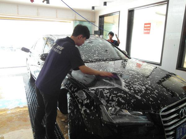 随着冬天气候的逐渐变冷,气候逐渐变得干燥、少雨,紫外线的强度也减弱了不少,汽车美容行业也开始进入了淡季,而呼呼的北风变的猖狂了许多,这时要接受考验的就是洗车店了,同时也会有很多洗车店生意火爆。由于很多洗车店不够专业性,所以经常可以看到很多洗车店都是在漏天的情况下进行操作的,但是大家有没有想过风带来的沙子会在汽车的漆面产生什么样的效果呢? 专业性的洗车店都会有专用的洗车车间和擦车车间,您可别小看了这两个车间,或许在一年三季里用途不是很大,但是到了冬季,您就会感受到它的存在有多么的重要。 专用的洗车车间可以