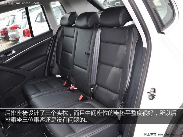 途观前排主副驾驶座椅都配备了电动调节,以及4向电动调节的腰部支撑,并且座椅面料采用打孔真皮材质,通风透气效果更好。后排座椅设计了三个头枕,而且中间座位的坐垫平整度很好,所以后排乘坐三位乘客还是没有问题的。这个后排中央扶手箱我感觉设计的有些豪放了,直接把中间座椅放倒当作扶手箱了,而且座椅和尾箱中间也没有隔板了。 4s店销售专线:〔销售部〕150-0119-9617 水经理