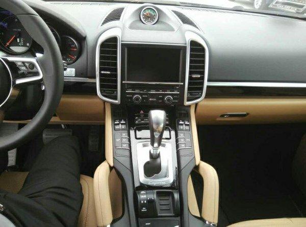 配置方面:当你座入车体里你会忘记它是一辆SUV,众多的跑车元素被毫无保留的移植。三环式仪表盘、三幅式多功能方向盘、10喇叭音响系统、所有的装备都演绎着保时捷风格。卡宴装备了多种高级配置,巡航定系统、BOSE音响、全真皮内饰,运动型真皮座椅、选装电动全景天窗。让你完全觉得它不仅仅是一辆SUV。