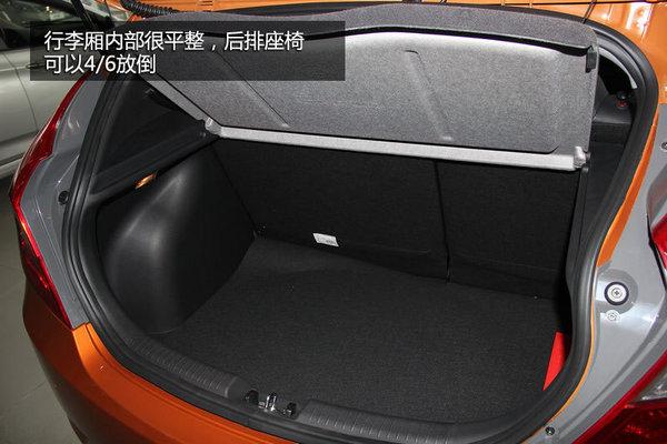行李厢内部很平整,常规容积为375L,可以满足日常的储物需求,相比于三厢版的瑞纳,瑞奕的好处在于后排座椅可以4/6放倒,弥补两厢车后备箱空间小的硬伤。同时在装载体积较大的物件时更加实用。
