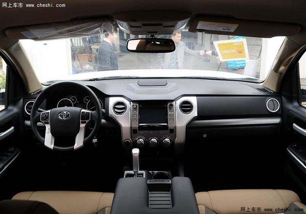 丰田/它的前脸和如出一辙,宽阔的肌肉感是美式车的典型风格,丝毫没...