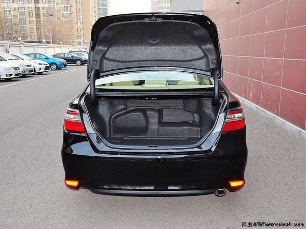 配置方面:丰田凯美瑞相对于纯电动车要依托充电设备,续航里程等限制问