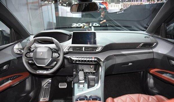 从目前曝光的配置来看,标致全新4008标配的配置还算丰富有用,不过精英版配置的全景天窗、12.3英寸液晶仪表盘、自动双区空调消费者更加喜欢。豪华版和豪华GT版车型配置则是非常丰富。另外,全新4008还提供包括双色车身、Nappa真皮座椅、前排座椅多点气动按摩、自主紧急制动系统(低速+高速)、带跟停功能自适应巡航系统和前方碰撞预警等选装包,其中双色车身则单独提供给豪华GT版选装。