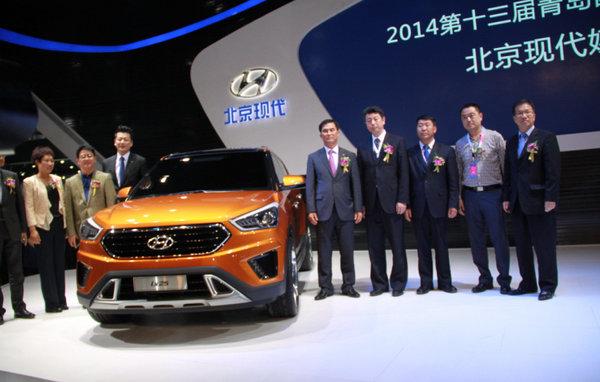 本次青岛车展上展出的是ix25概念车型,这款新车预计将于下半年量产上市,届时北京现代SUV家族实力将进一步增强,实现从小型、中型、中大型各细分市场的全面覆盖,满足更多消费者的需求,同时进一步推动北京现代D+S占比的提升。 三对双子星+SUV家族组团亮相 本届青岛车展的参展阵容是北京现代历年来最强的,除了ix25概念车之外,还有2014款第八代索纳塔、名图、瑞奕、新瑞纳、全新胜达、ix35、朗动等重点车型共同参展,以三对双子星+SUV四驾马车的产品组合形式,体现了清晰的产品布局战略。