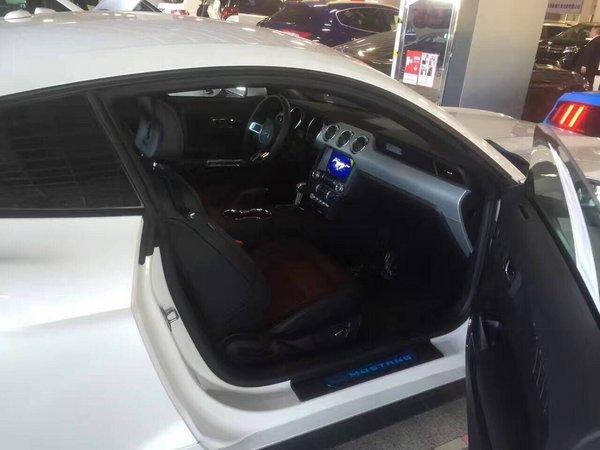 17款福特   野马   的驾驶舱得益于福特公司注重   汽车   2017款   福特   野马   三幅方向盘直径很大,握在手里就会有种掌控一切的感觉.图片
