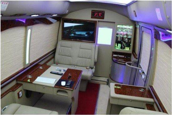 改装后的vip商务房车其内部装配了舒适的豪华转角沙发,桃木会议桌桃木