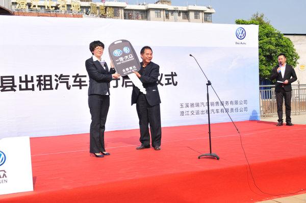 出租车开行启动仪式在澄江县石化地展览馆前隆重举行.图片