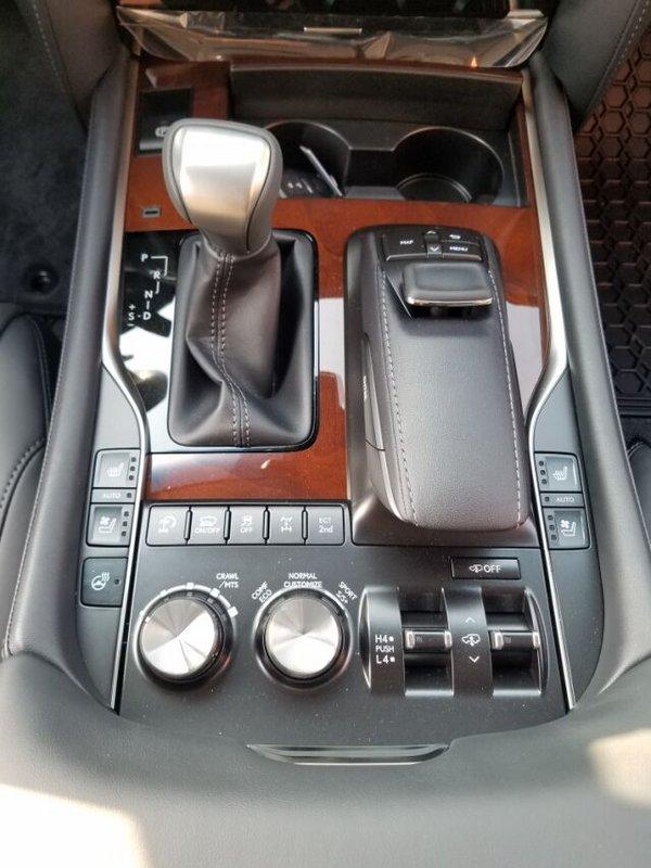 凌志全新设计的仪表盘采用白色的背景光清洗淡雅,行车数据更易读,上部