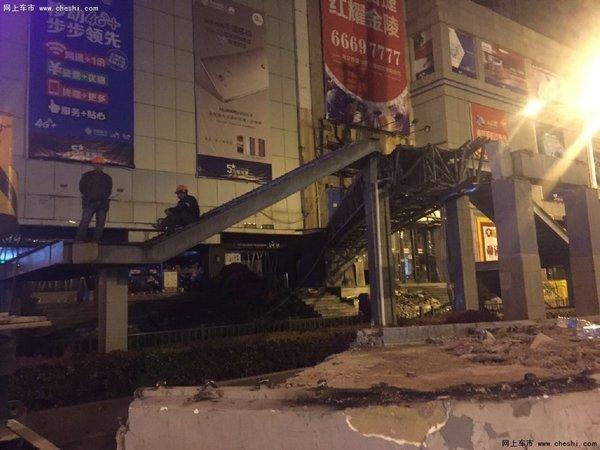一辆运输塔吊支架的货车撞击了天桥