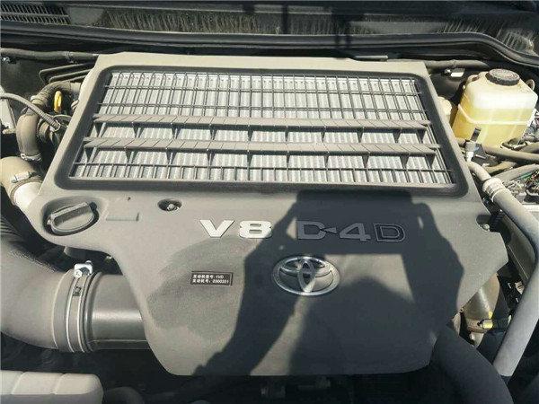 搭载v8双涡轮增压发动机,双油箱,双备胎,双电瓶,综上所述丰田柴油4500