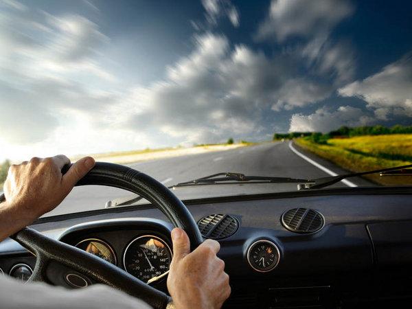 让汽车在夏天安全。用手背测试空调。