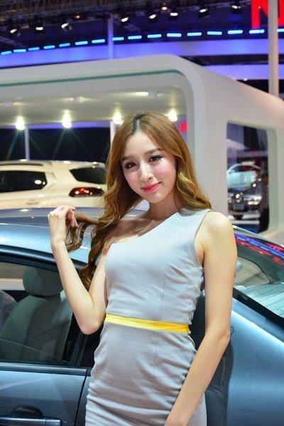 甜美可爱美女车模不一样的魅力诱惑-网上车市