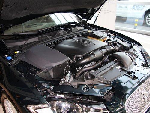 捷豹  2.0T 自动 发动机局部特写