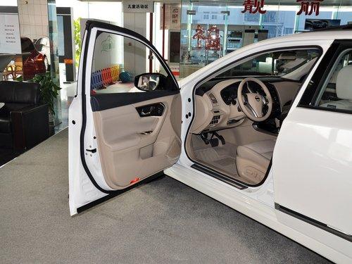 扬声器以及车内氛围灯为新世代天籁的内饰增加了一些豪华感.顶配车图片
