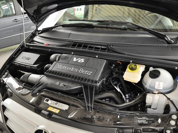 福建奔驰  3.0L 自动 发动机主体特写
