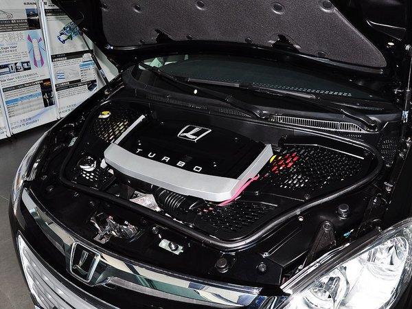 东风裕隆  2.0T 自动 发动机主体特写
