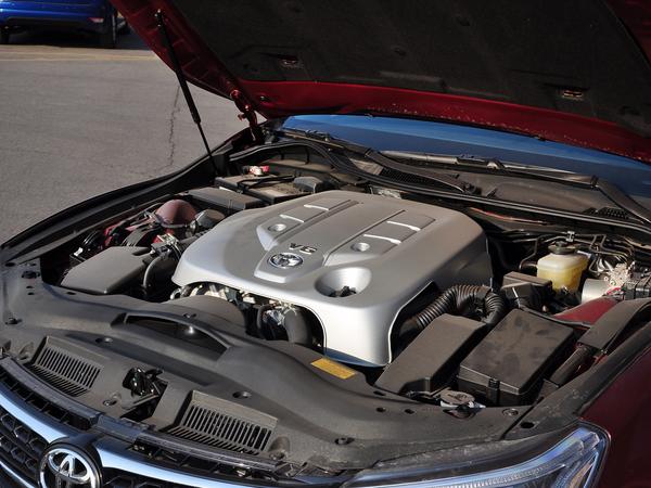 一汽丰田  2.5V 自动 发动机主体特写
