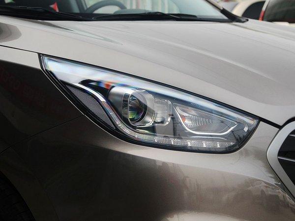 北京现代 改款 gl 2.0l 手动 车辆右前大灯45度视角