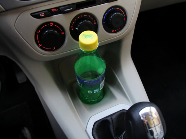 如车载冰箱,车载电热杯等,不必改变汽车电路,直接插在点烟器上即可,烧