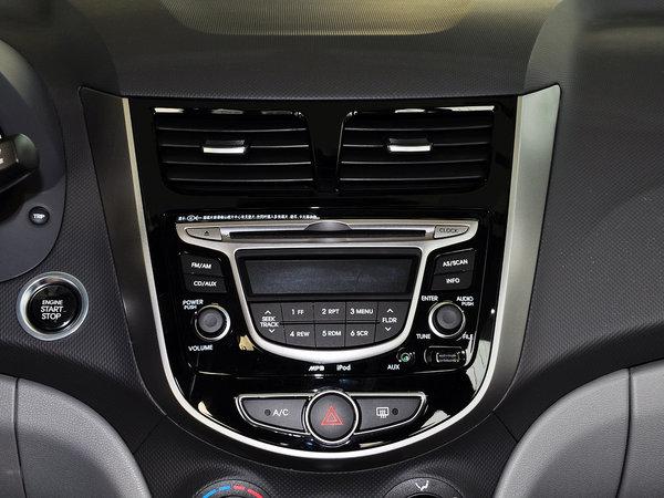 内饰方面:现代瑞纳中控台设计依然延续了韩国车型的简洁大方,操控