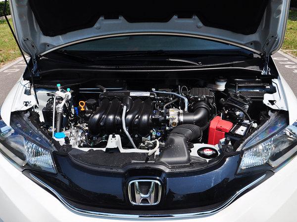 触控方式的空调面板在同级车型中鲜有采用,而一键启动,发动机智能启停