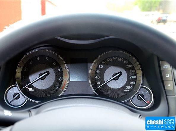 英菲尼迪 2.5l 方向盘后方仪表盘