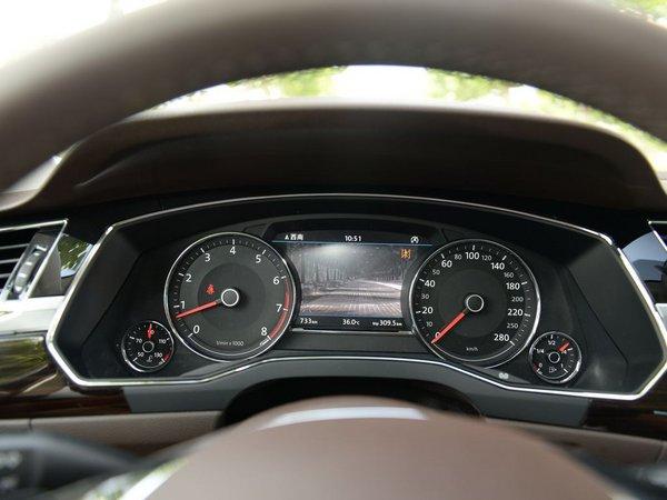 A6L的旗舰C级车。 外观方面,辉昂侧面腰线平直有力,得益于MLB平台的优势,其长宽高分别为5074×1893×1463mm,轴距达到3009mm,拥有一台C级车该有的豪华舒适空间。  辉昂采用上汽大众最新设计语言,前脸更加扁平化,中网与大灯组融为一体,丰富的线条营造出稳重与立体感。
