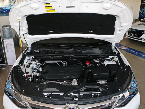 """外观方面,比亚迪宋盖世版相比现款车型最大的变化来自于启用全新篆书的""""宋""""替代之前的""""BYD""""英文LOGO。并且新车的前保险杠也采用了与车身相同的颜色设计,整体感更加明显。车尾部分,新车相比老款车型基本没有什么变化,黑色车顶与D柱呈现出悬浮式设计,视觉效果较为时尚。此外,新车还采用了黑色后保险杠设计,并搭配双边共两出排气。车身尺寸方面,新车的长宽高分别为4565/1830/1720mm,轴距为2660mm,与老款车型保持一致。  内饰方面,新车整体内饰布局"""