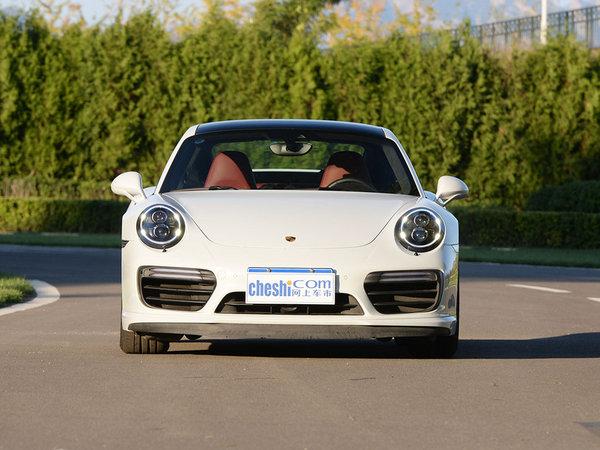 外观方面,保时捷911系列是整个保时捷乃至整个德国整个世界最传奇的车型之一。全新911在保持继承911系列车型成功设计的基础上,在外观、内饰和性能上作了全面的提升,透明车顶从挡风玻璃框一直延伸到发动机舱盖,为乘客打造出了一个亲近大自然的车内环境。线条更加流畅。拱形翼子板、前轮轮距、可变伸展的后扰流板都进行加宽,整体车型更具运动感。   细节方面,全新911提供了世界上第一台7挡手动变速器、出色的驾驶辅助系统以及更长轴距和更宽前轮距所带来的世界一流的底盘系统。   另外,911还采用了智能轻质结构,使用铝、