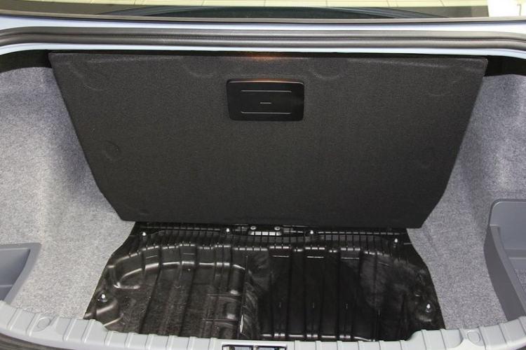 打开后备箱内盖板特写